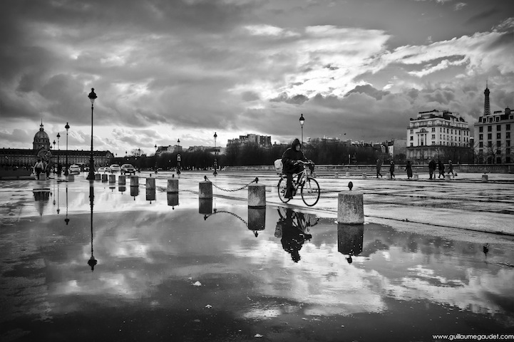 The cyclist of Place des Invalides
