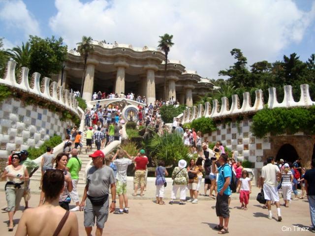 Abarrotada entrada del Park Güell