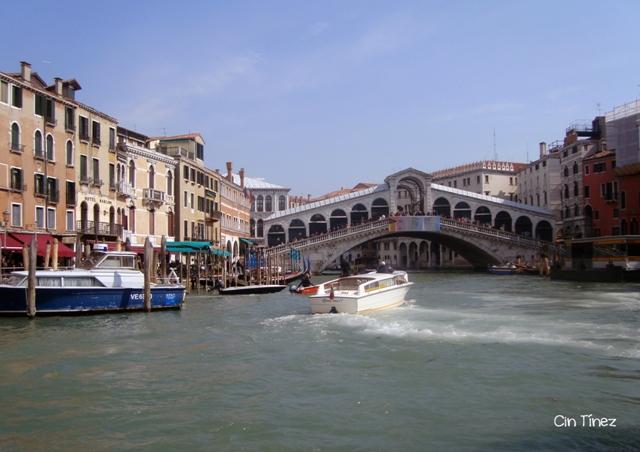 Bote por el Puente Rialto