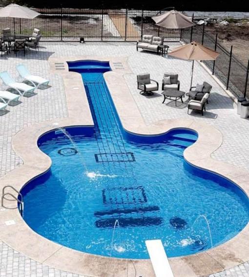 piscinas-con-forma-de-guitarra1