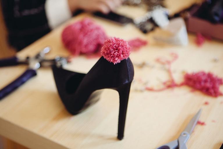 diy zapatos pompones10